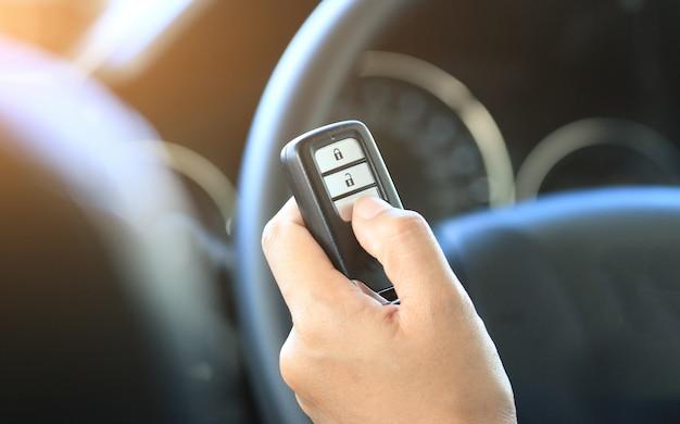 Kobiety ręki chwyt zdalny kluczowy samochód