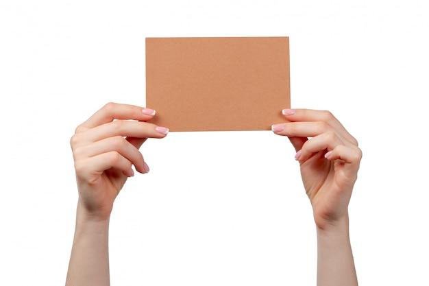 Kobiety ręki chwyta biznesowa pusta papierowa karta odizolowywająca na bielu