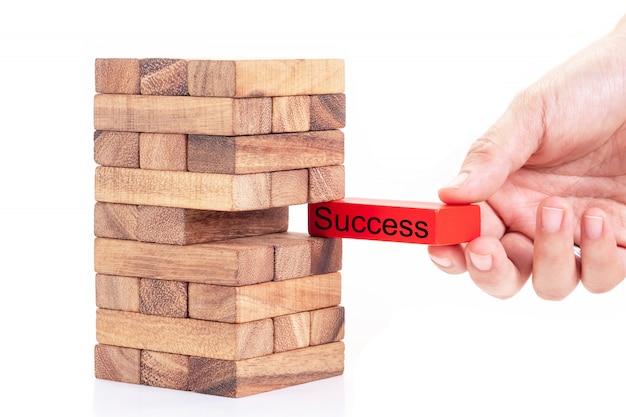 Kobiety ręki mienia sukcesu słowo na czerwień bloku od brogującego drewnianego bloku