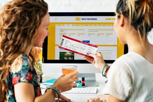 Kobiety rezerwują wycieczkę online