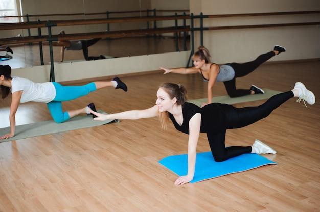 Kobiety robi sportowi w gym, opieka zdrowotna stylu życia pojęcia ludzie, nowożytny loft studio.