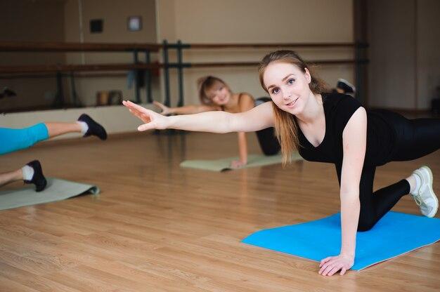 Kobiety robi sportowi w gym, opieka zdrowotna stylu życia pojęcia ludzie, nowożytny studio