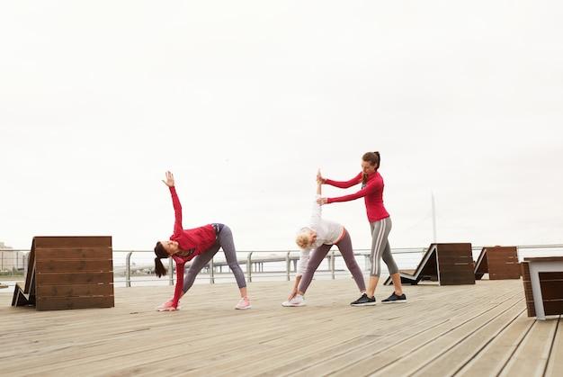 Kobiety robią jogi na molo
