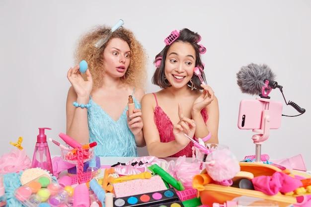 Kobiety robią makijaż przed kamerą będąc profesjonalnymi blogerkami piękności nagrywać samouczek nadawania przegląd kosmetyczny przygotować fryzurę na randkę chcę wyglądać bardzo pięknie