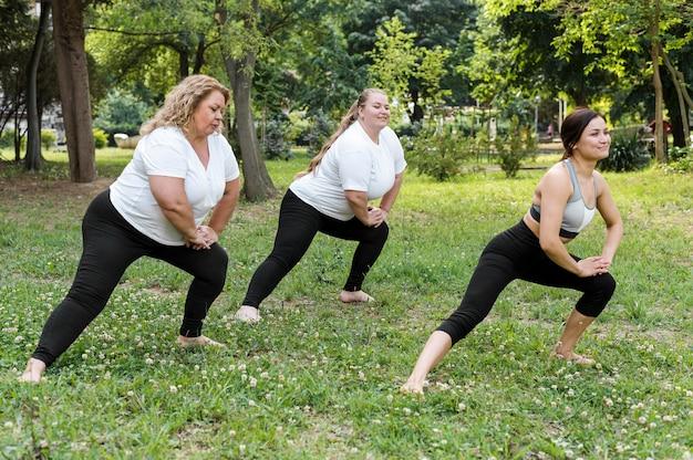 Kobiety robią rzuca się w parku długi widok
