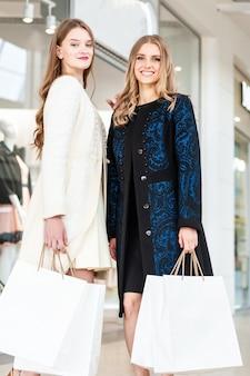 Kobiety robią zakupy w centrum handlowym podczas wyprzedaży w czarny piątek