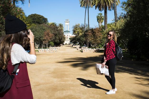 Kobiety robią zdjęcia w parku