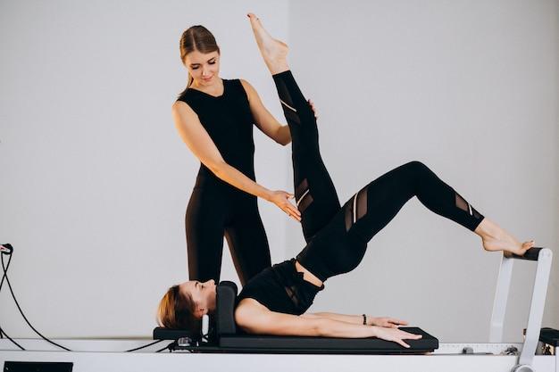 Kobiety robiące pilates na reformatorze