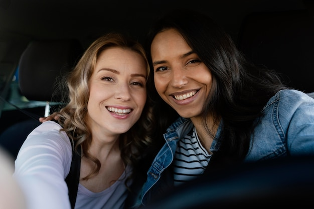 Kobiety robiące selfie w samochodzie