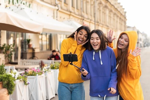 Kobiety robiące selfie za pomocą kija do selfie