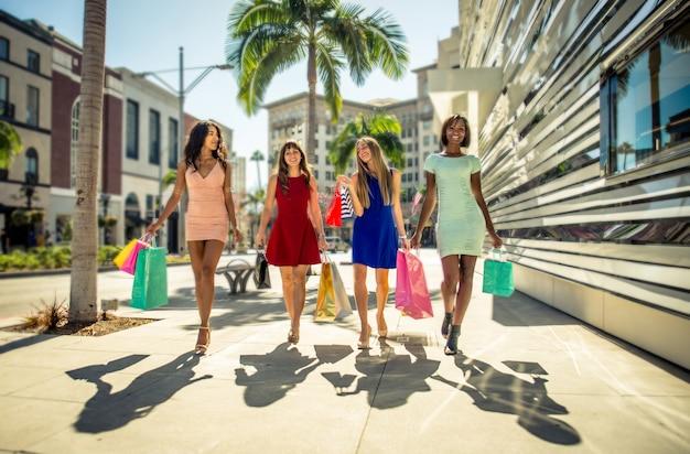 Kobiety robiące zakupy w beverly hills