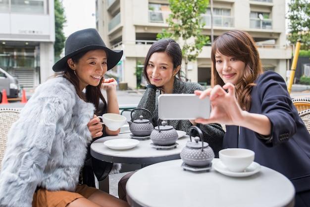 Kobiety robiące zakupy w tokio