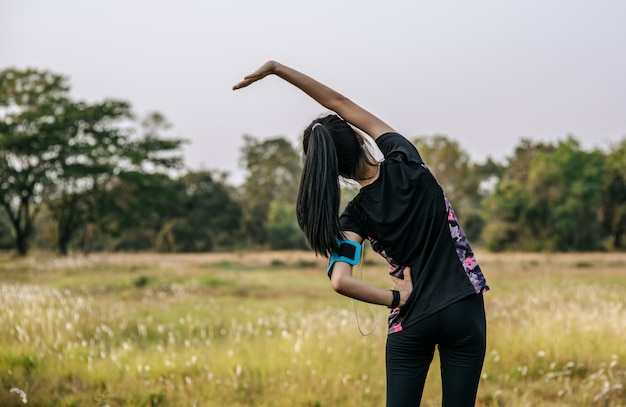 Kobiety rozgrzewają się przed i po ćwiczeniach.