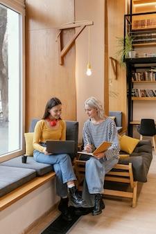 Kobiety rozmawiają o startupach