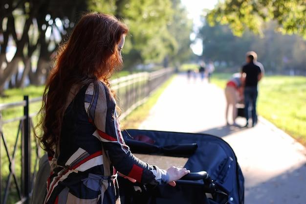 Kobiety spacerują wózkiem letnim