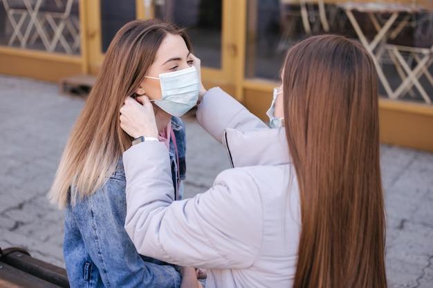 Kobiety spacerujące po mieście podczas pandemii