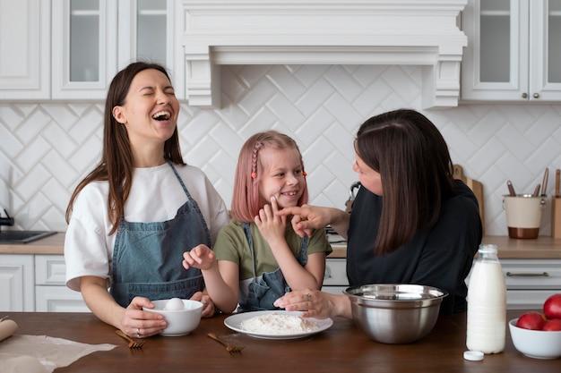 Kobiety spędzające czas razem z córką