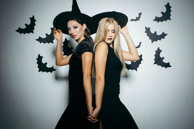 Kobiety stwarzaję ... kapelusze na halloween