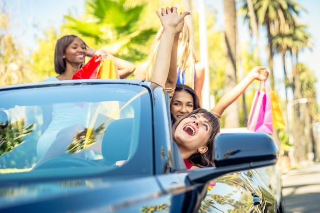 Kobiety świetnie się bawią podczas jazdy na wzgórzach beverly