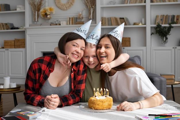 Kobiety świętujące urodziny córki