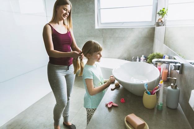 Kobiety szamerowania córka w ranku