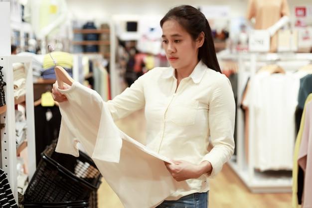 Kobiety szukają ubrań w centrum handlowym