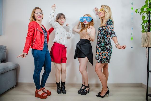 Kobiety tańczą w różnych okularach