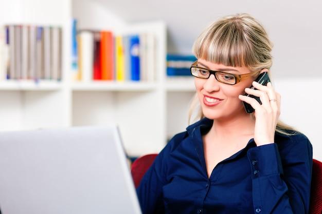 Kobiety telepraca za pomocą laptopa i telefonu