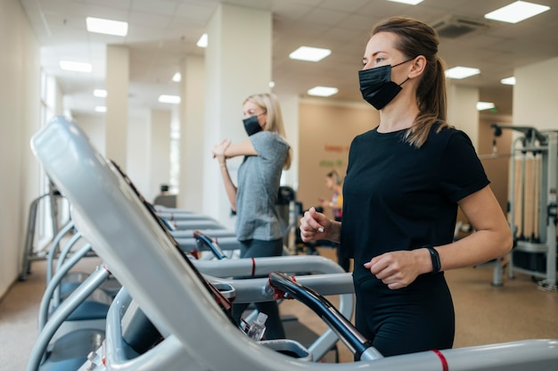 Kobiety trenujące na siłowni w czasie pandemii
