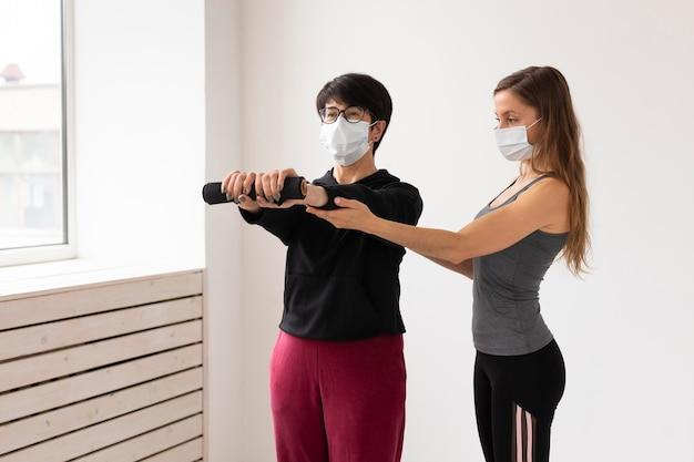 Kobiety trenujące razem po leczeniu koronawirusa