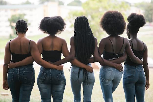 Kobiety, trzymając się nawzajem widok z tyłu