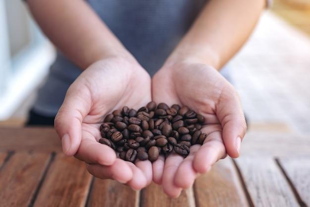 Kobiety trzymając się za ręce i pokazując ziarna kawy