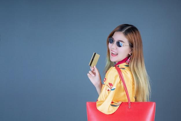 Kobiety trzymające karty inteligentne