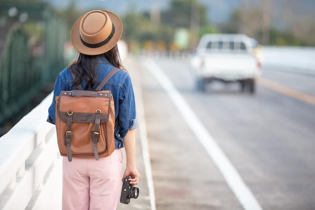 Kobiety-turyści, którzy robią zdjęcia z atmosfery
