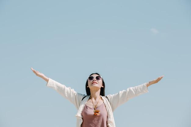 Kobiety-turyści rozłożyli ręce i trzymali skrzydła