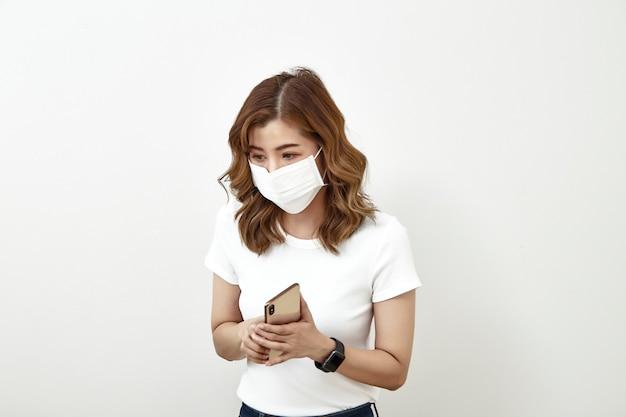 Kobiety twarzy maska używać smartphone
