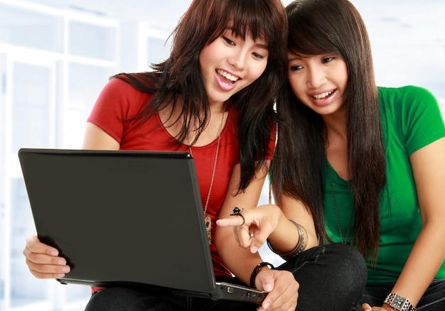 Kobiety uczące się z laptopem