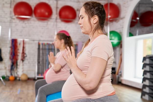 Kobiety uprawiające prenatalną jogę