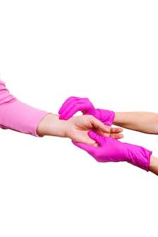 Kobiety utrzymanie niesie zbliżenie emeryta rękawiczek lekarki hospicjumu różową pielęgniarkę wręcza starej osoby biały odosobnionego medycznego