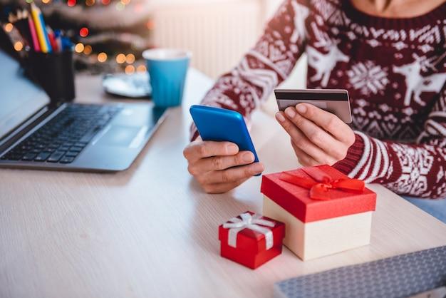 Kobiety używające karty kredytowej