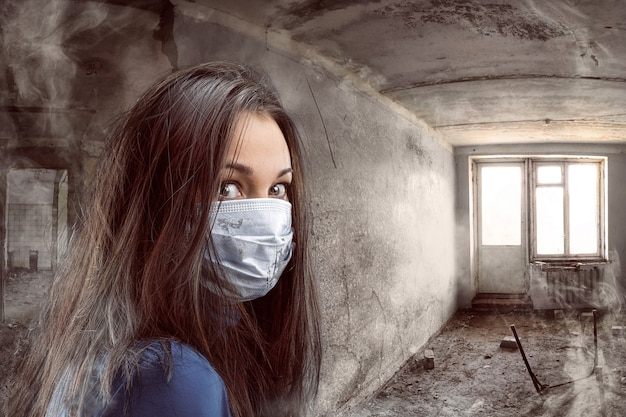 Kobiety w bandażu z gazy w pokoju grungy