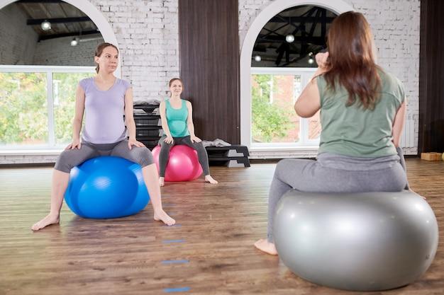 Kobiety w ciąży w klasie fitness