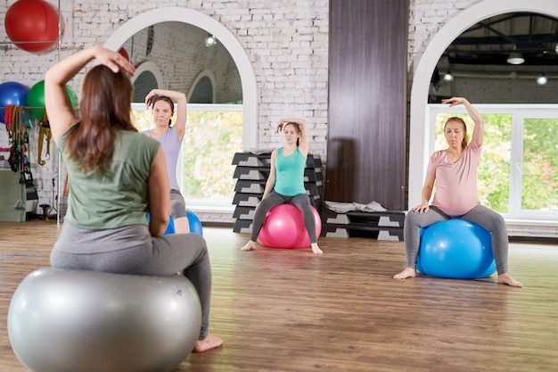 Kobiety w ciąży w klubie fitness