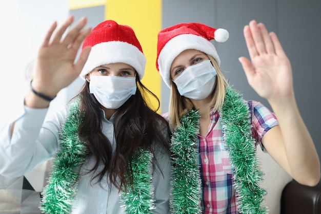 Kobiety w czerwonych czapkach i maskach medycznych