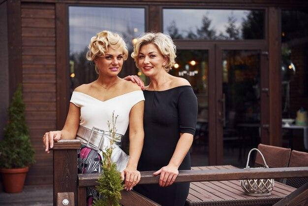 Kobiety W Formalnych Ubraniach Stoją Razem W Pobliżu Budynku W Ciągu Dnia. Premium Zdjęcia