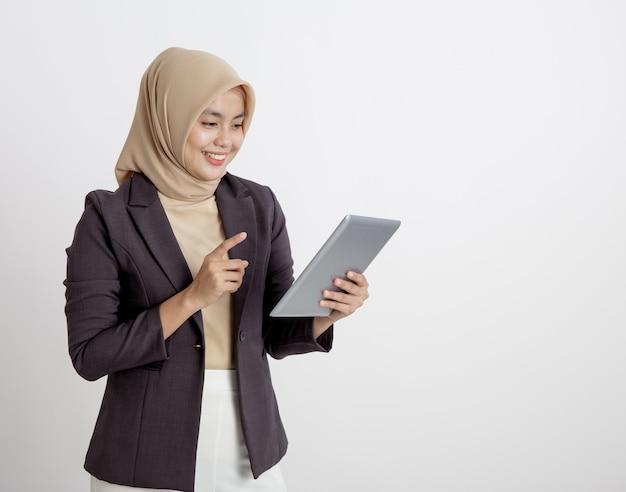 Kobiety w garniturach hidżab zadowolone z pracy z pojęciem formalnej pracy tabletu na białym tle