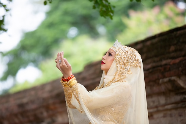 Kobiety w indonezyjskiej sukni ślubnej