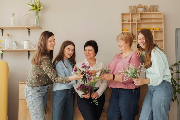 Kobiety w każdym wieku patrzą na kwiaty