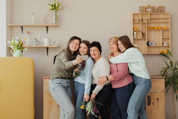 Kobiety w każdym wieku, przytulające się do siebie