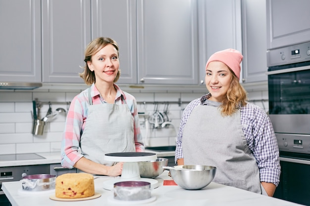 Kobiety w kuchni robią ciasto